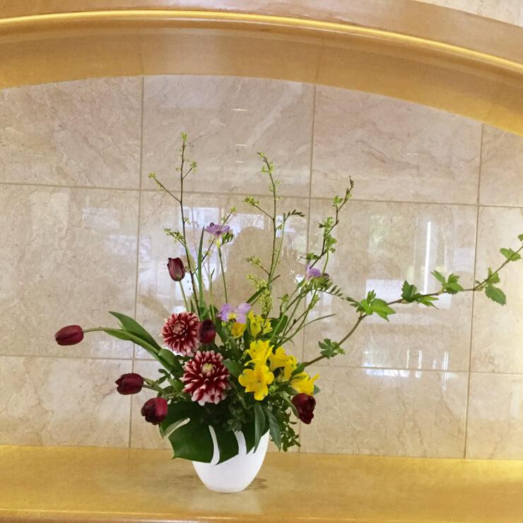 港区三田マンション様のロビーにお届けした春の花