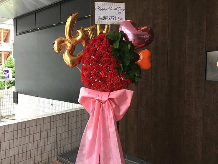 バースデー祝いイチゴスタンド花