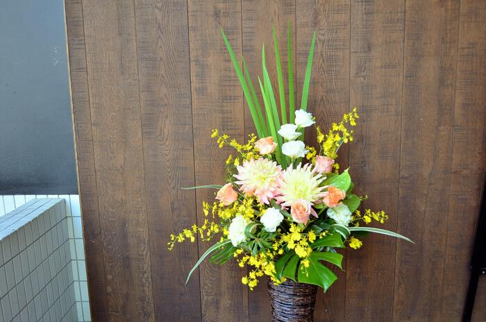 周年祝い籠スタンド花