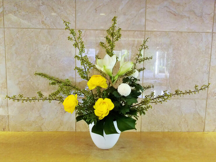 港区三田マンション様のロビーにお届けした花