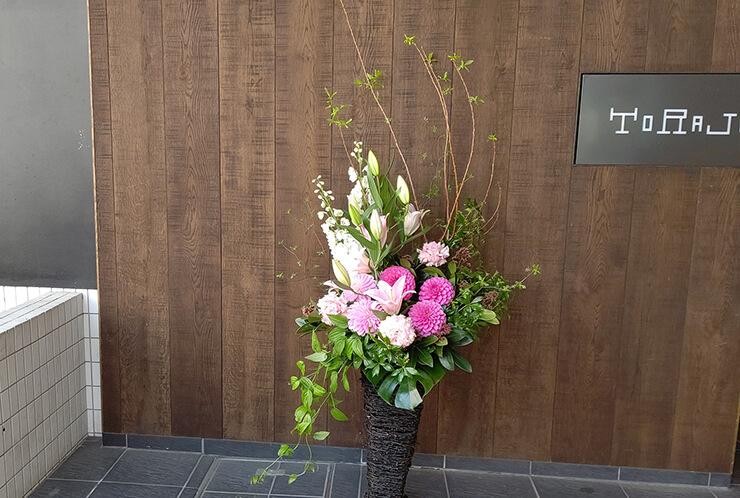 Stolaシャレオ店様の開店祝いに贈られた籠スタンド花