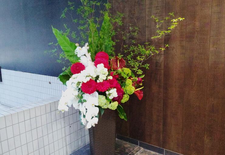 南青山 ボディ&ソウル様のコロナ自粛からの再オープン祝いにお届けしたアイアンスタンド花
