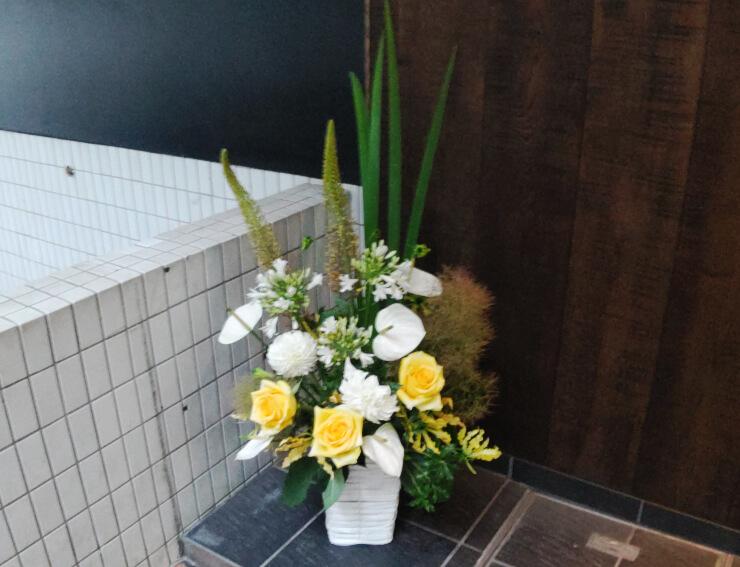 港区南青山 Bar Le Géant様の周年祝いにお届けした花