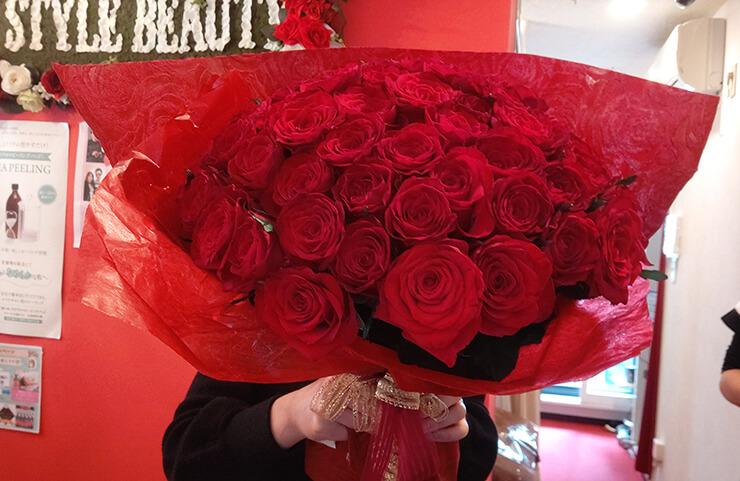 麻布十番 母の日に贈られた赤バラ花束60本