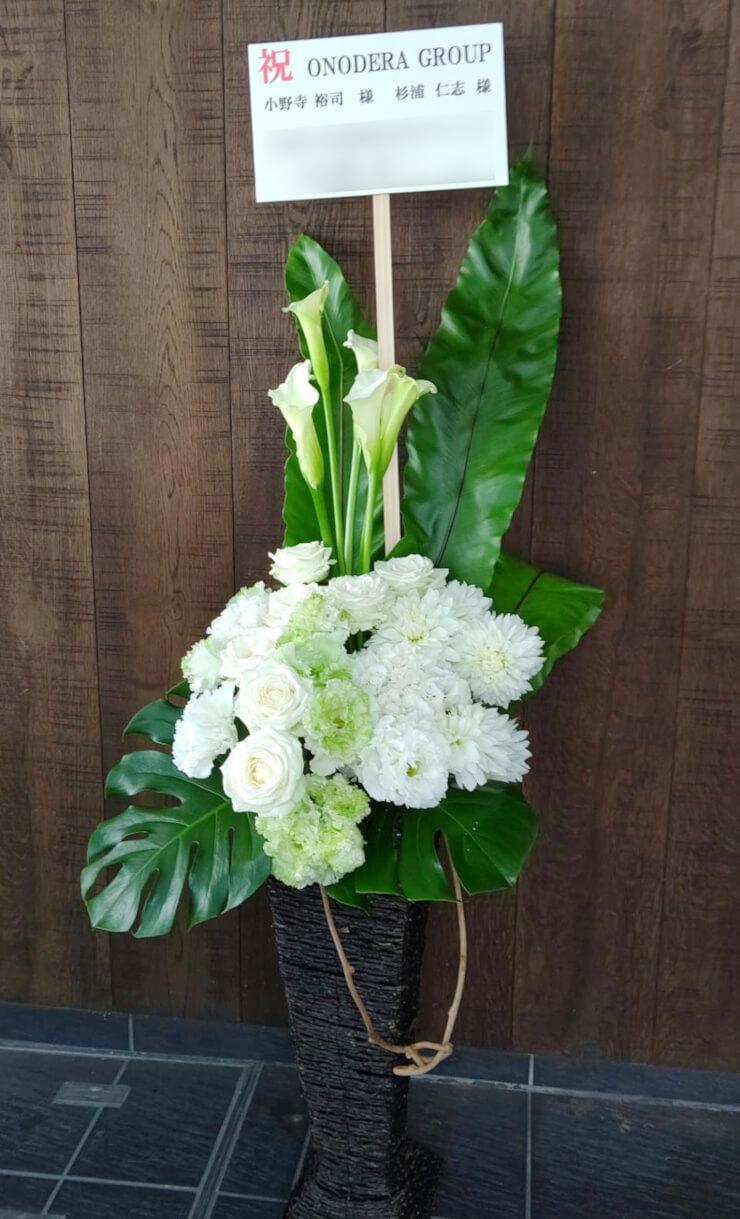 神宮前 ONODERA GROUP BLUE GLOVE様の開店祝いにお届けした籠スタンド花