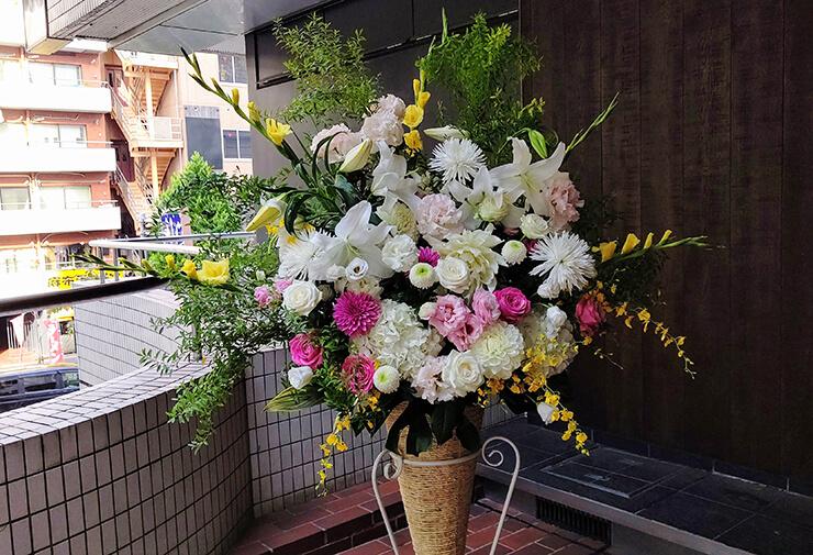 恵比寿ガーデンホール 立石俊樹様の舞台ご出演祝いにお届けしたコーンスタンド花
