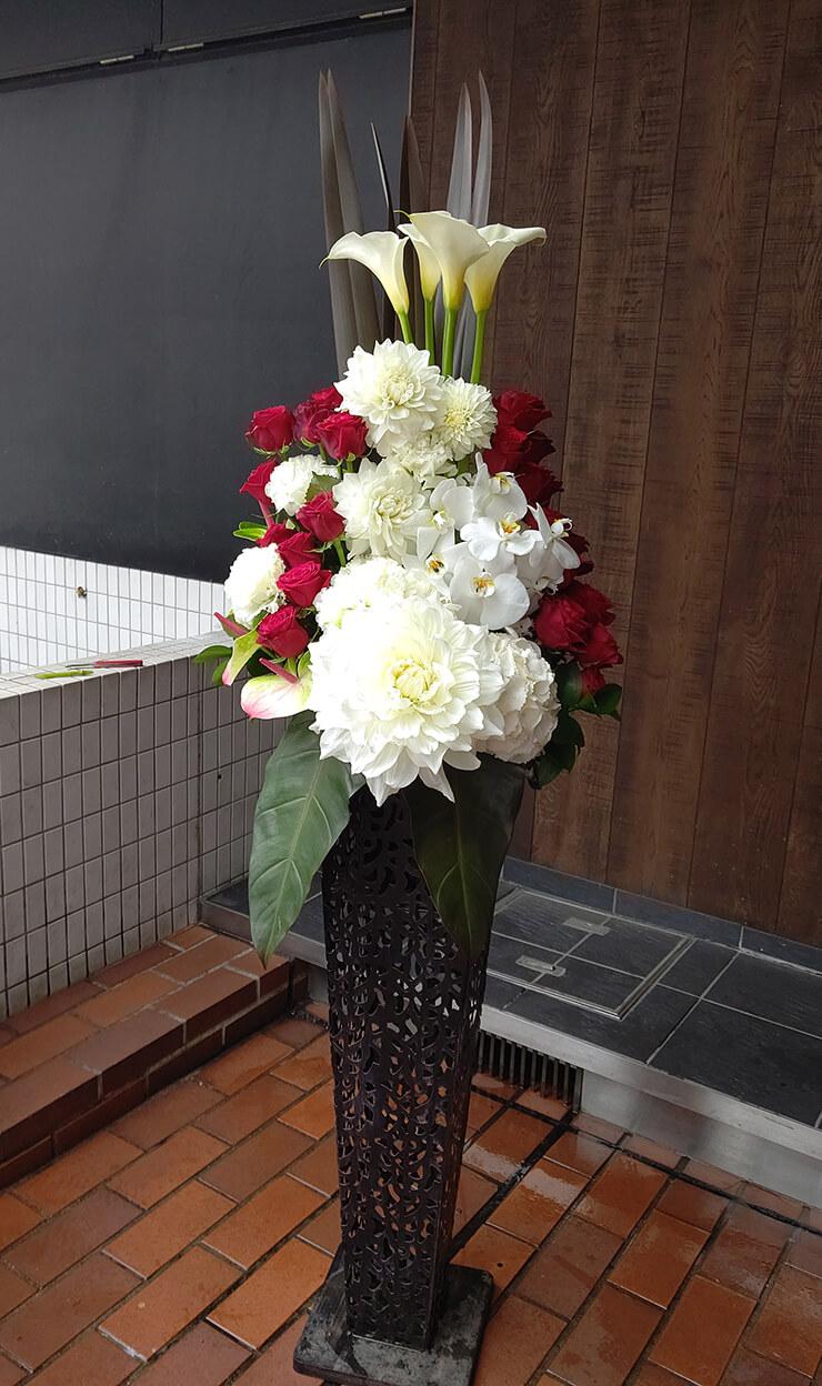 港区新橋 ㈱阪急交通社様の就任祝いにお届けしたアイアンスタンド花