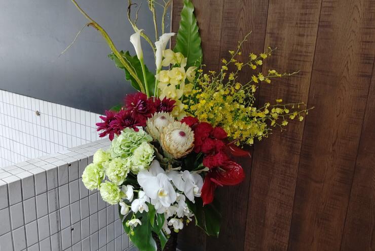 江東区 東京ベイ潮見プリンスホテル様の開業祝いにお届けした籠スタンド花