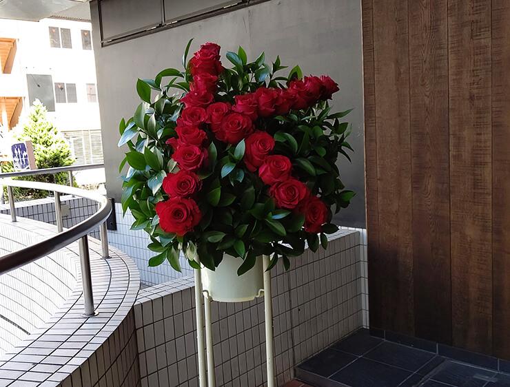 広尾 加藤クリニック麻布ANNEX様の開院祝いにお届けしたアルファベットスタンド花