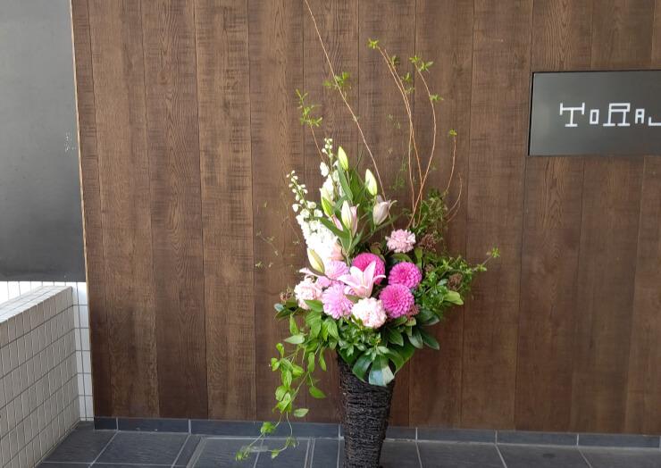 麻布十番 誕生日祝いにお届けした籠スタンド花