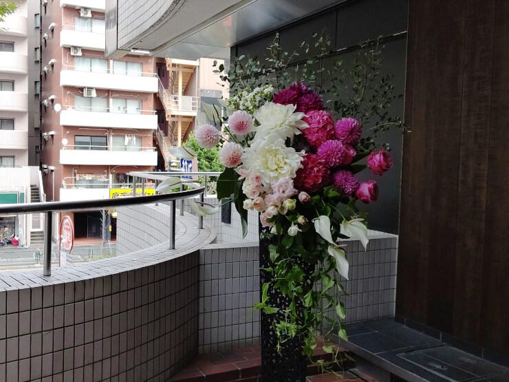 馬喰町 DDDHOTEL様の開業祝いにお届けしたスタンド花