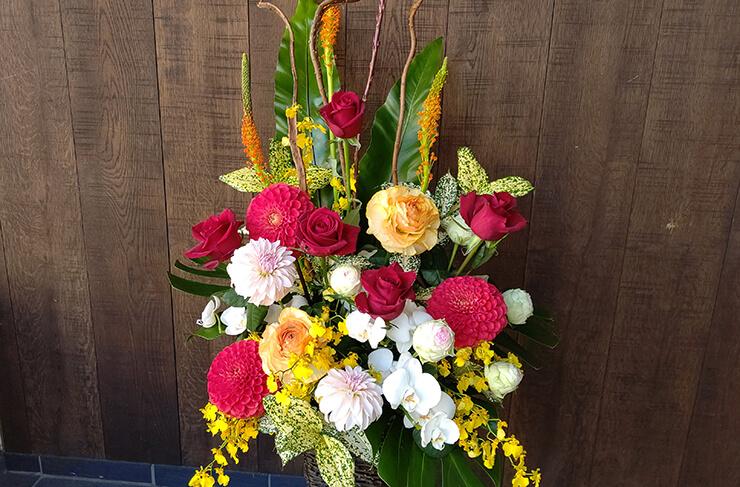 Stola.新宿マルイ店様の開店祝いにお届けした籠スタンド花
