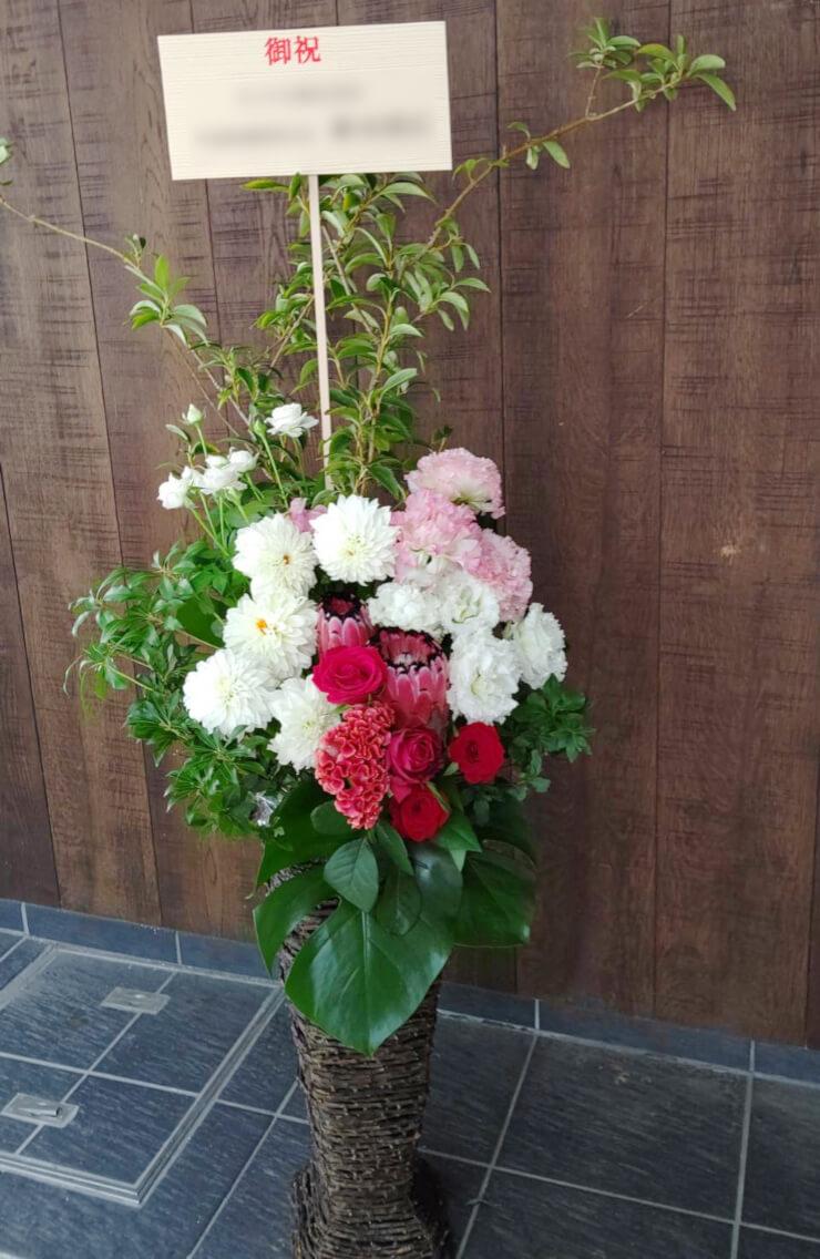 品川区 ㈱レスターエレクトロニクス様のお祝いにお届けした籠スタンド花