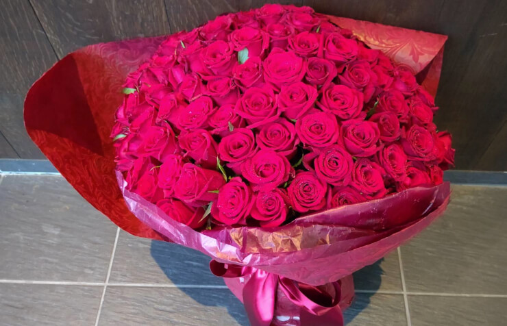 西麻布 レフェルヴェソンス プロポーズに贈られた赤バラ花束108本