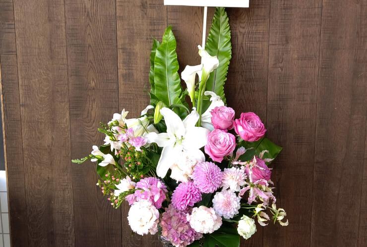 港区高輪 結婚祝いにお届けした籠スタンド花
