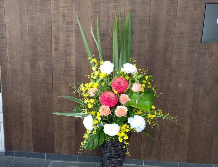 大阪市 カレー屋しろねこ様の開店祝いにお届けした籠スタンド花