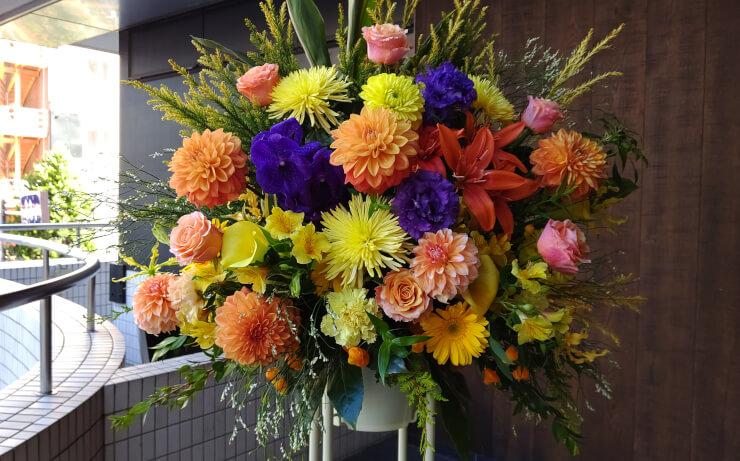 六行会ホール 有村昆様の出演祝いにお届けしたスタンド花