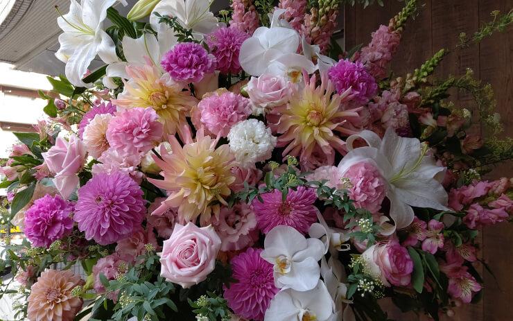 ブルーノート東京 小阪祐司様のオラクルひと-しくみ20周年祝いにお届けしたスタンド花