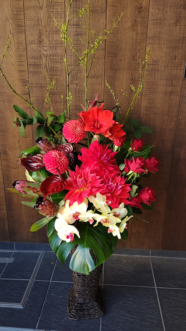 雷門 ㈱プラン様の移転祝いにお届けした籠スタンド花